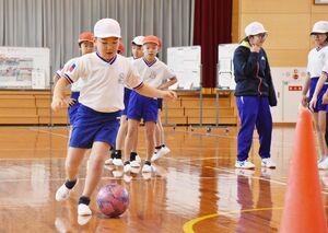 ドリブルを練習する児童=佐賀市富士町の小中一貫校北山校