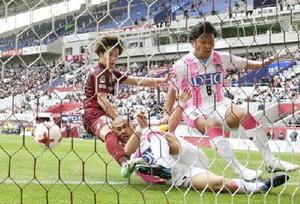 鳥栖―神戸 前半、先制ゴールを決める神戸・中坂(左)=ノエスタ