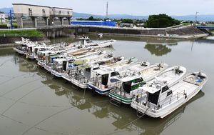 台風の接近に備え、波が来ない安全な場所へ避難された漁船=佐賀市川副町の八田江漁港