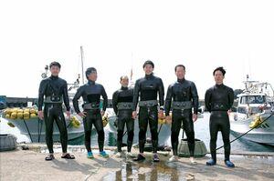 松島の港でウェットスーツに身を包む海士の男たち。右から3番目が宗秀明さん=唐津市鎮西町の同島(提供)