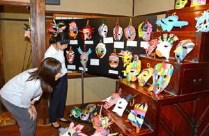 動物や植物などの神を表現した色とりどりの仮面が並ぶ会場=唐津市呼子町の鯨組主中尾家屋敷