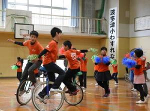 感謝の会で「夢の一輪ピック」ダンスを披露する児童たち=伊万里市波多津町の波多津小学校