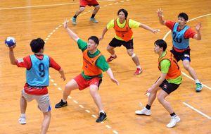 攻守の連係を確かめるトヨタ紡織九州の選手たち=神埼市のトヨタ紡織九州クレインアリーナ