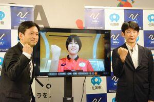 オンライン面会で五輪に向けて抱負を述べた濱田真由選手(中央)と父親の康二さん(右)、山口祥義知事=20日、県庁