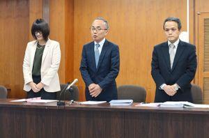 開業時期を7月8日と発表したタクアの里元勝久社長(中央)=多久市役所