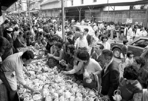 1979(昭和54)年4月29日、第2次オイルショックの不景気ムードもどこ吹く風。初日はざっと10万人が訪れ人出、売り上げとも当時史上最高を記録した。「好不況に関わらず強い、というジンクスがあるほど、有田陶器市は年ごとに人気が高まっている」と記事は伝えた=有田町