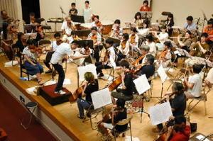 本番直前、練習に熱が入るからつジュニアオーケストラ=12日、唐津市和多田の文化体育館文化ホール
