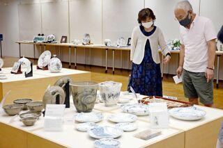 皿、人形、陶板 多彩な320点 九州陶磁文化館で陶千坊展