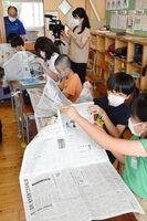 授業当日の新聞を眺める児童たち=唐津市竹木場の竹木場小