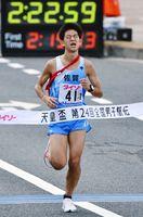 区間4位の好走で順位を三つ上げた佐賀のアンカー古賀淳紫=広島市の平和記念公園前