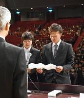 新入生を代表し宣誓する下津浦将太さん(右)と友田茜さん=鳥栖市民文化会館