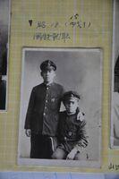 1943(昭和18)年15歳で働き始めたころの福田任さん(左)