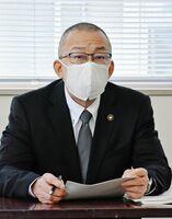 任期満了に伴う小城市長選について、12月定例議会で態度を明らかにする意向を示した江里口秀次市長=市役所