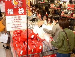 ゆめタウン佐賀は、昨秋の増床効果もあって売り上げ、客数とも前年同期比で2桁の伸び率となった=佐賀市兵庫北の同店