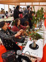 新春をテーマに花を生ける参加者たち=佐賀市の佐賀城本丸歴史館