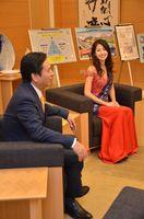 山口祥義知事(左)を表敬訪問したミス・カンフォーラ・サガの岩屋美咲さん=県庁