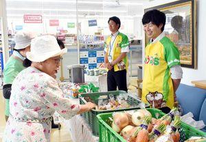 季楽の出張販売会に訪れた買い物客たち=佐賀市の九州電力佐賀支社