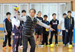 身ぶりを交えながら攻撃のアドバイスをする大阪体育大監督の楠本繁生さん=神埼市のトヨタ紡織九州クレインアリーナ