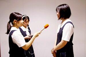 大会目指して練習に励む放送部員=佐賀清和高校