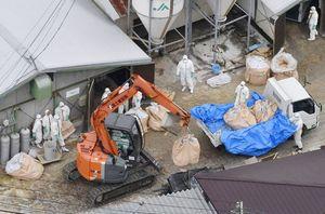 高病原性鳥インフルエンザウイルス感染が確認され、殺処分作業が進められる養鶏場=2月5日、杵島郡江北町(共同通信社ヘリから)