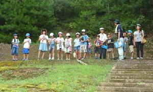 有田焼の陶祖李参平が最初期に築いたとされる天狗谷窯跡を見学する子どもたち=有田町白川