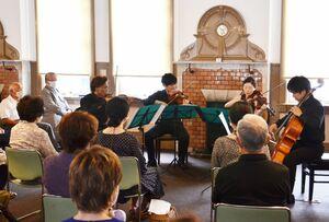 九響トップ奏者の演奏を聞き入る来場者=唐津市本町の旧唐津銀行