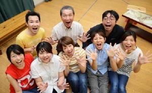 観劇を呼び掛ける演劇ユニット「テアトロこじーら」の6期メンバー