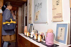 生きる意味を問い掛ける詩や地蔵の人形が並ぶ作品展=多久市多久町の「人形の家 聖心房」