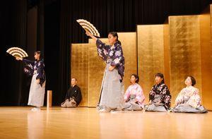 能楽を披露する小学生たち=佐賀市のアバンセ