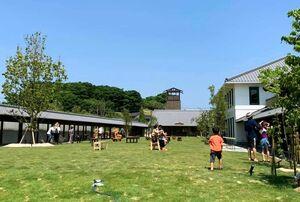 週末は子どもたちが芝生を駆け回る「くすきの杜」の中央広場=伊万里市立花町