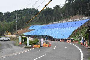 海水浴シーズンに合わせて全面通行止めが解除された臨港道路=伊万里市黒川町
