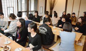 現役の女性警察官と仕事の話題で盛り上がる参加者=佐賀市