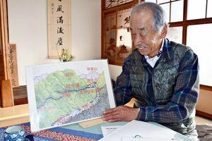 蛤水道の構造を図解で説明する於保忠さん=吉野ヶ里町