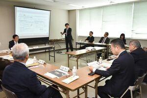 「SAGAものづくり強靱化プロジェクト」の事業について意見を交わした検討会=佐賀市の佐賀総合庁舎