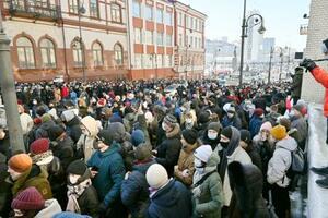 ロシア極東ウラジオストクで、ナワリヌイ氏の釈放を求めて市中心部の通りを埋め尽くす抗議デモ参加者ら=23日(共同)