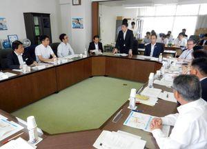 佐賀県市長会の新幹線勉強会で、県の立場を説明する副島良彦副知事(奥中央)=佐賀市の自治会館