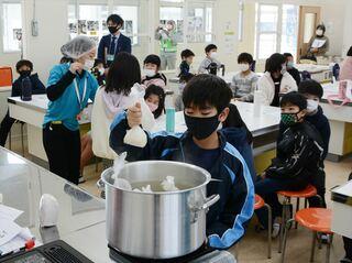 佐賀のニュース 防災教室で非常食体験 鹿島市明倫小