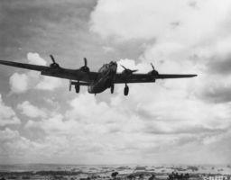 九州での空爆に向かう米陸軍航空軍のB24爆撃機=1945年7月29日、沖縄(沖縄県公文書館所蔵)