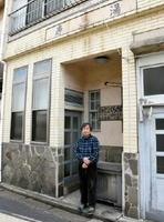「寿湯」の看板が残る自宅で創作活動を続ける倉数和文さん=唐津市本町