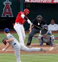 ドジャース戦の1回、右越えに7号本塁打を放つエンゼルス・大谷。投手前田=アナハイム(共同)