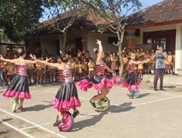 一輪車演技を披露する「SAGAポップテン」のメンバー=インドネシア・バリ島(提供写真)