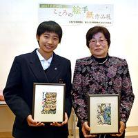 年間大賞に輝いた廣瀬沙耶さん(左)と古賀ヨシノさん=佐賀市の佐賀新聞社ギャラリー
