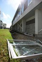 地震で落下した恵庭南高の体育館の窓枠=18日、北海道恵庭市