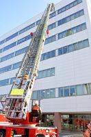屋上に救助に向かう消防隊員=佐賀市白山2丁目の佐賀商工ビル