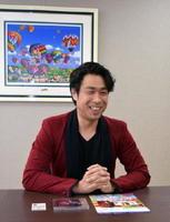 少年時代、佐賀で遊んだことを楽しそうに振り返る吉武さん=佐賀市のバルーンミュージアム