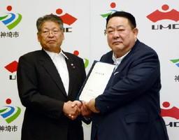 進出協定を結んだ内山茂樹社長(右)と松本茂幸市長=神埼市役所