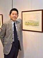 天山を中心に、1年間描きためてきた風景画を並べる八木信一郎さん=小城市のゆめぷらっと小城