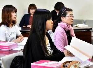 現役高校生で初参加となる太良高3年の田中さん(手前)=佐賀市の県労働会館