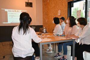 オンラインで講話を聞き、情報交換する参加者ら=佐賀市のまちなかオフィスTOJIN館