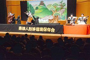 黒子に操られ、舞台で生き生きと動く「沢市」と「お里」=唐津市の相知交流文化センター